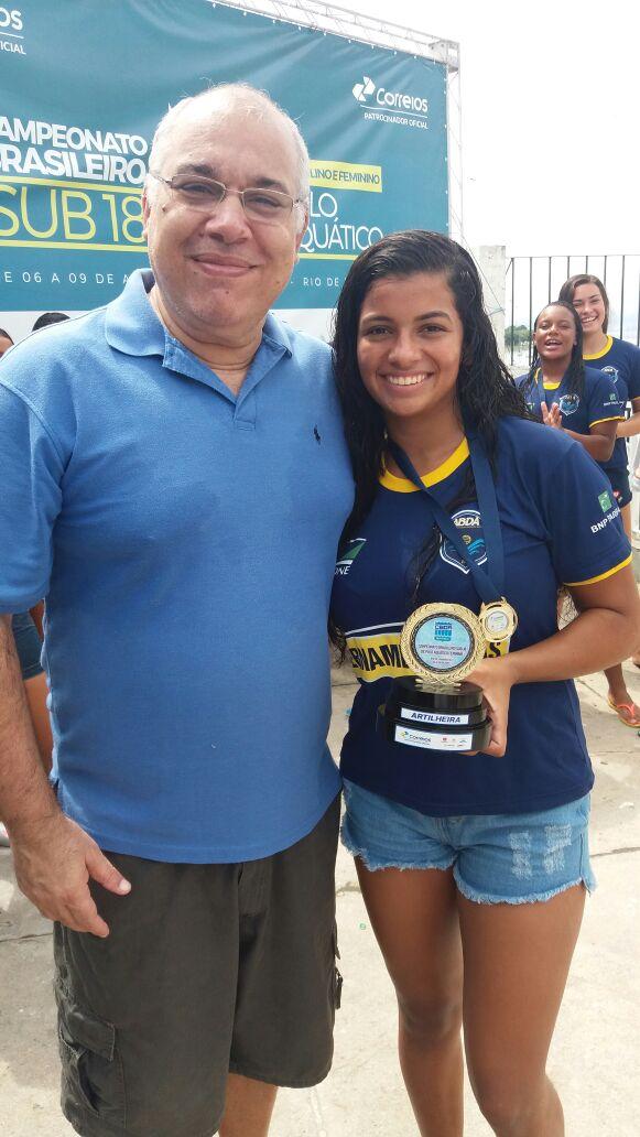 A artilheira Kemily Leão e o coordenador de seleções Paulo Rogério Rocha 2a06d42c9a4e5
