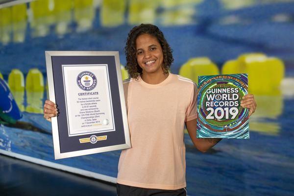 No Dia da Mulher, Etiene recebe certificado do GUINNESS WORLD RECORDS™ por marca nos 50m costas