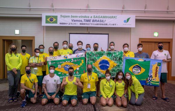 Quase completa, Seleção Brasileira de Natação deixa base de Sagamihara e entra na Vila Olímpica